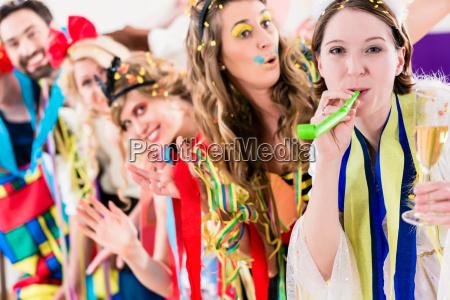 fiesta celebrando carnaval o nochevieja