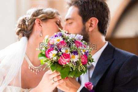 pareja nupcial dando beso en la