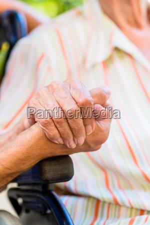 enfermera sosteniendo la mano de la