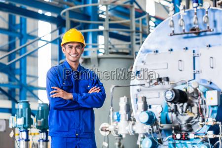 orgulloso trabajador asiatico en la fabrica
