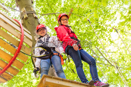 hermanas escalando en curso de cuerda