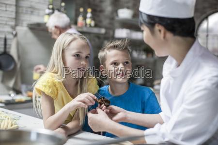 hablar hablando habla charla restaurante curiosidad