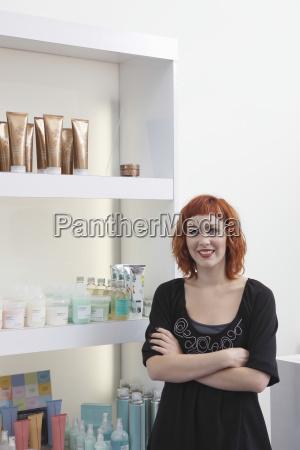 mujer peluqueria de pie brazos cruzados