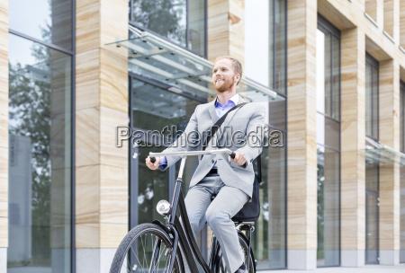 hombre de negocios sonriente montando en