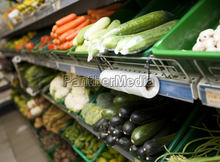 variedad de verduras en los estantes