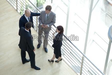 hombres de negocios y mujer de