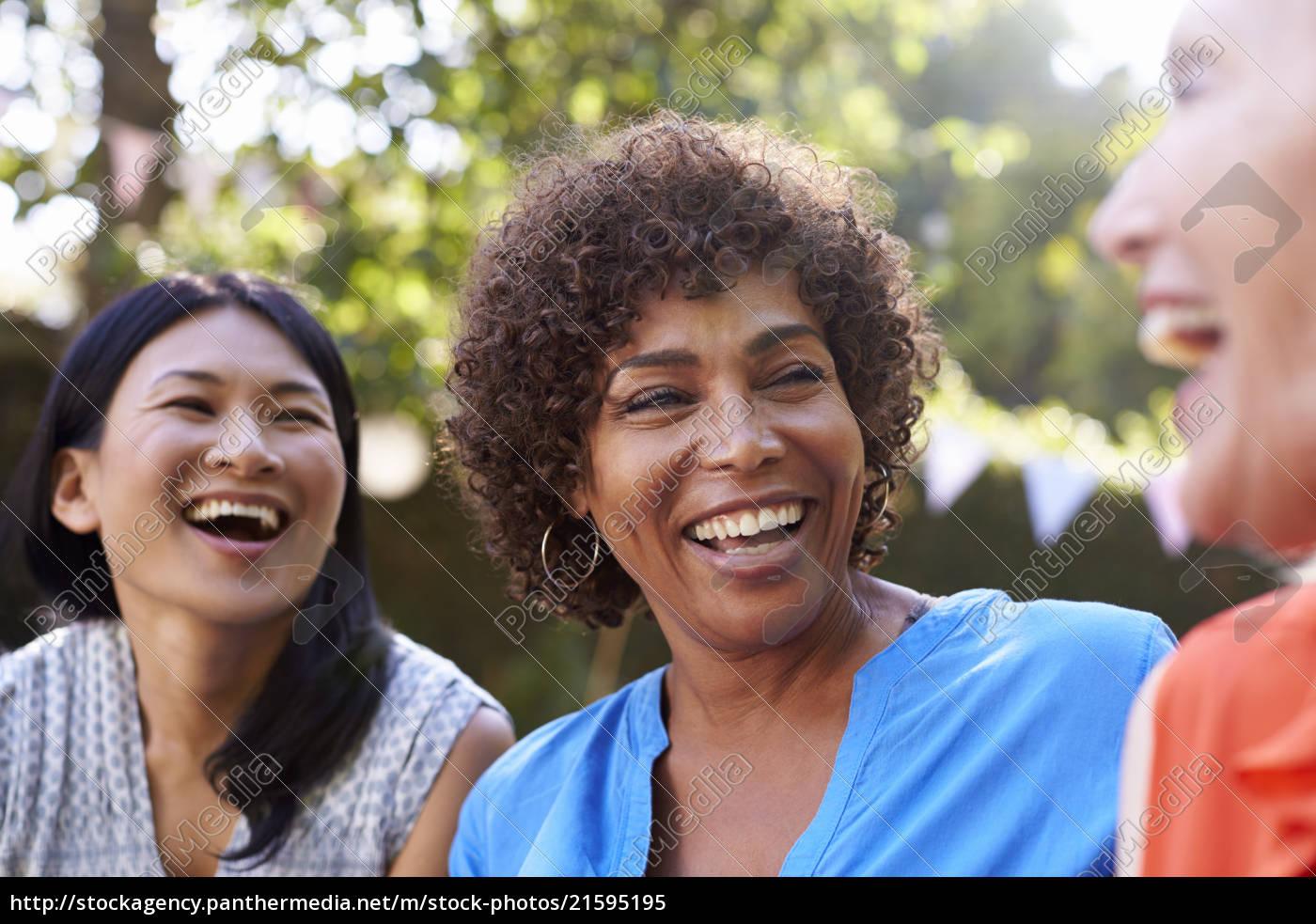 Amigas Maduras royalty free imágen 21595195 - mujeres amigas maduras socializando en el  patio trasero juntos