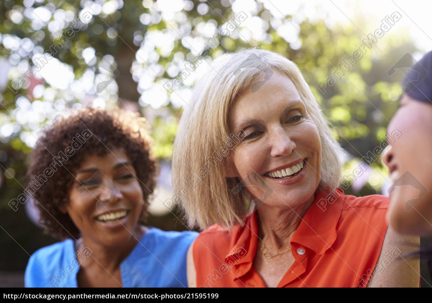Amigas Maduras royalty free imágen 21595199 - mujeres amigas maduras socializando en el  patio trasero juntos