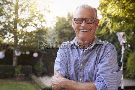 retrato de hombre maduro en patio
