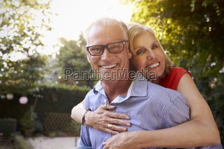 retrato de pareja madura amorosa en