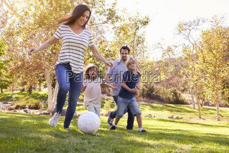 familia jugando al futbol en el