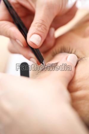 mujer pinzas cosmetologo regulaciones depilacion regulacion