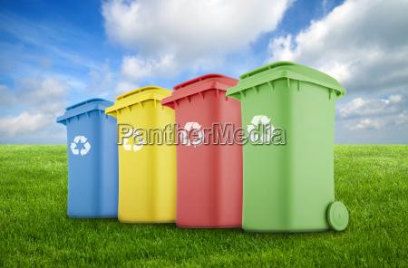 cuatro papeleras de reciclaje coloridas en