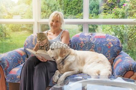 mujer sonriente esta leyendo un libro