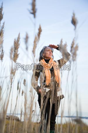 mujer madura mirando a lo lejos