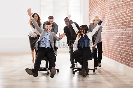 empresarios burlarse en la oficina