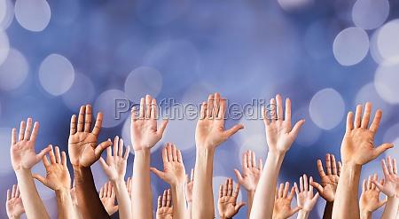 manos elevadas en muchas personas