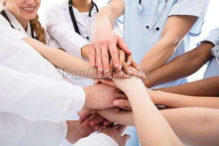 grupo de medicos apilando sus manos