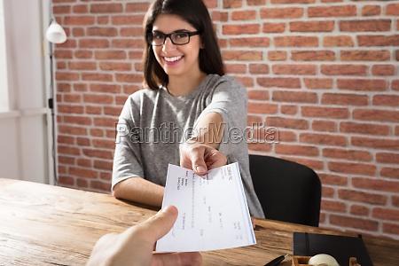 cheque de empresa que ofrece a