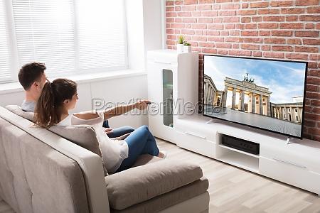 pareja viendo la television