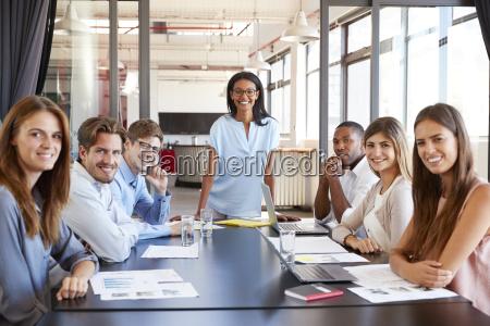 mujer risilla sonrisas carrera presentacion trabajo