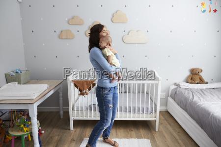 madre consolando al recien nacido hijo