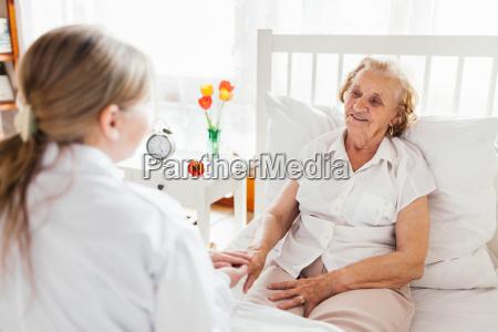 proporcionar atencion a los ancianos doctor
