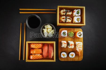 rollos de sushi y sushi