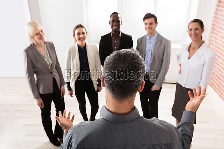gerente con su colega de negocios
