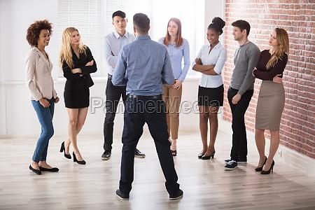 gerente tener conversacion con sus colegas