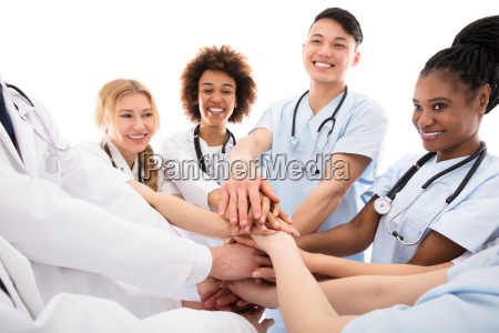 grupo de doctores amontonando sus manos