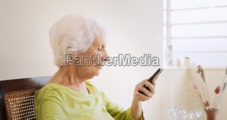 feliz vieja mujer con telefono movil