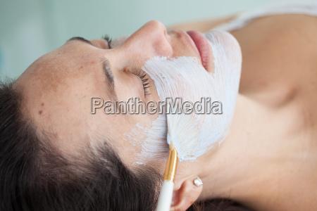 aplicacion de mascara facial en la