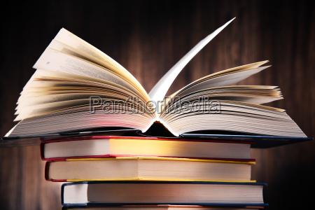 composicion con libros sobre la mesa