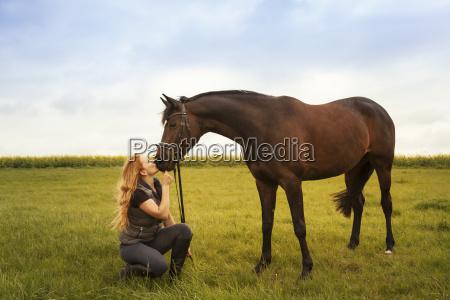 mujer personas gente hombre caballo animal