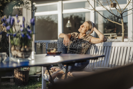mujer, que, usa, audífonos, relajantes, en - 22670569
