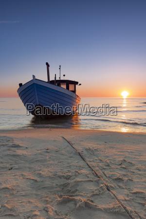 barco de pesca en la playa