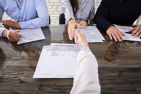 oficina entrevista mano manos ley jefe