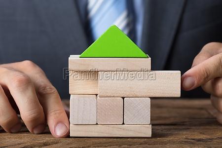 empresario construyendo casa ecologica con bloques