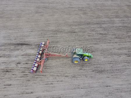 siembra de maiz tractor con una