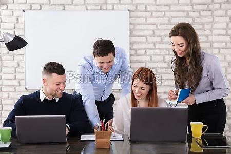 gente feliz de negocios haciendo trabajo