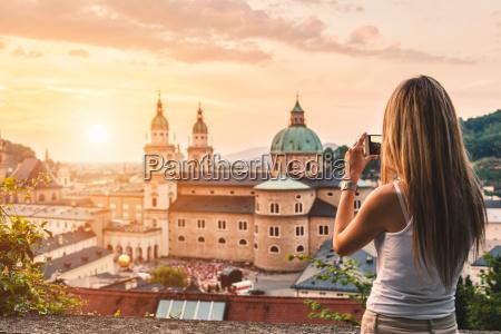 turista tomando una foto de la