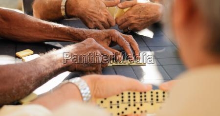 viejos jubilados jugando domino juego con