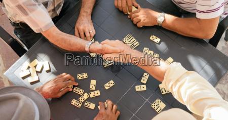 amigos mayores temblando manos ganando juego