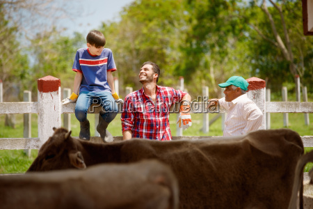 tres generaciones familia de agricultores riendo