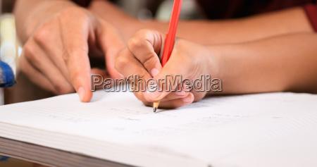 chica primaria haciendo la tarea escritura