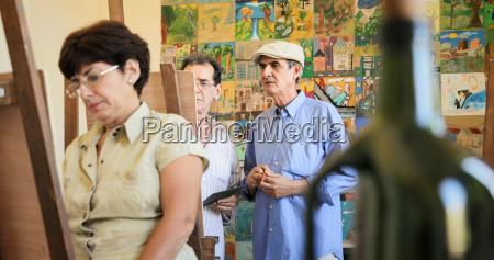 old man teaching art profesor trabajando