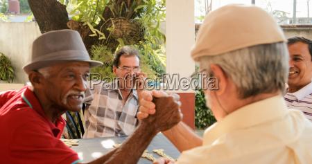 hombres viejos moviendo las manos ganando