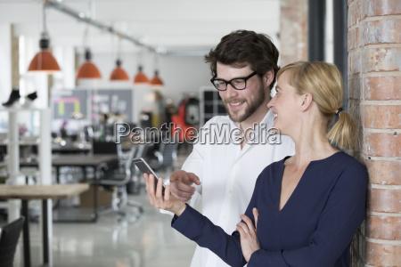 jovenes empresarios en su nueva oficina