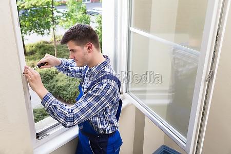 handyman ventana de fijacion con destornillador